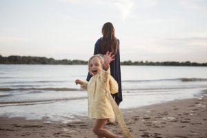 Nachhaltige Kindermode am Strand Modefotografie Hamburg