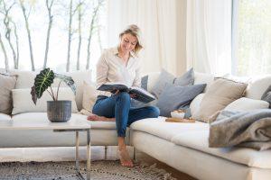Bloggerin mit Buch auf dem Sofa, People Lifestyle Fotografie für Social Media und Blog Content Bloggerin