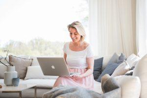 Frau mit Laptop auf dem Sofa, People Lifestyle Fotografie für Social Media und Blog Content Bloggerin