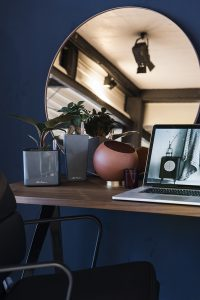Interiorfotografie Home Office in dunkelblau mit Gold und Kupfer