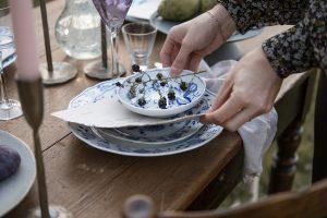 Interiorfotografie in Hamburg Table Setting und Homeware Shooting im Garten mit herbstlichem Stilllife