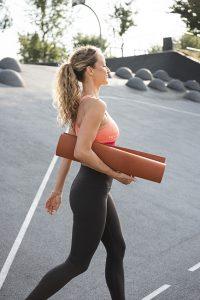 Sport und Fitnessfotografie Lifestyle Portrait in Hamburg im Baakenpark Frau mit Yoga Matte