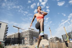 Sport und Fitnessfotografie Lifestyle Portrait in Hamburg im Baakenpark Frau Sprint